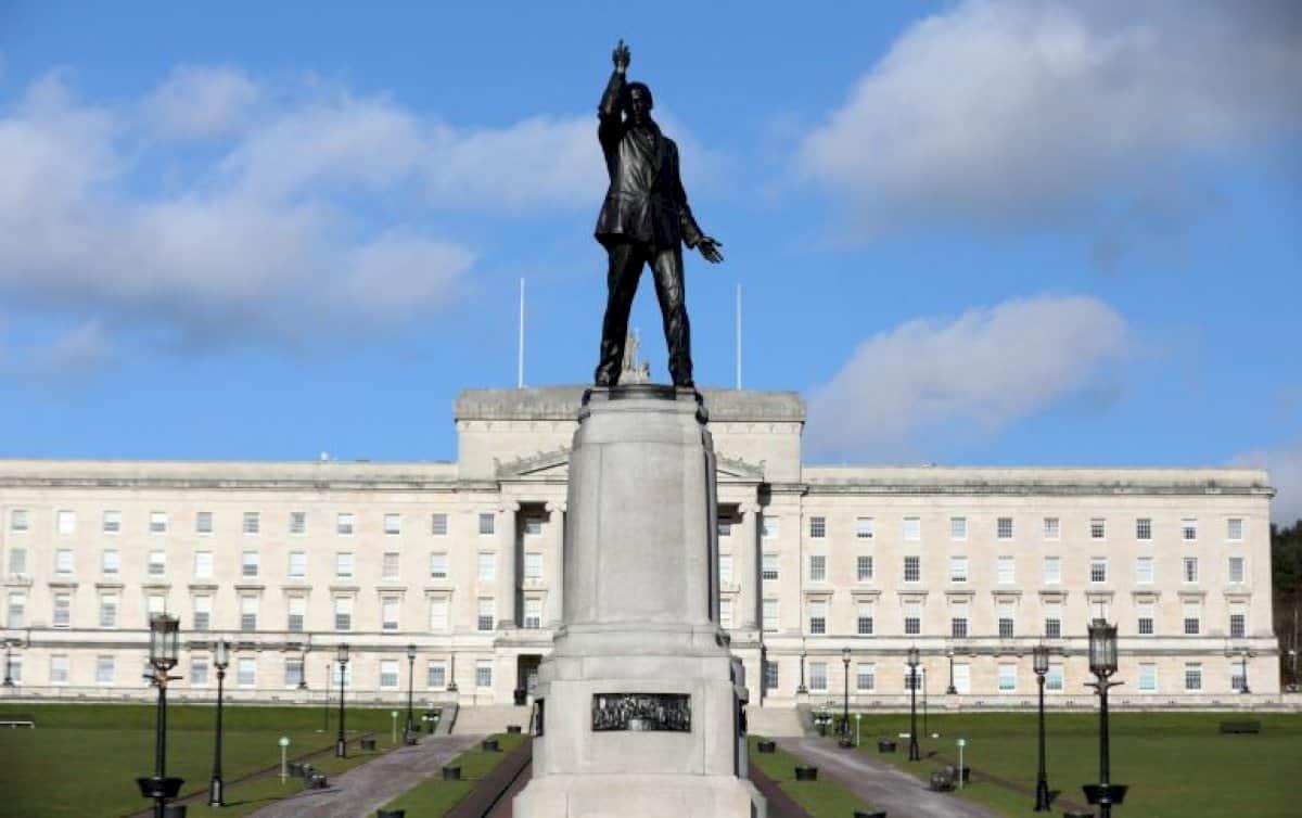 Triúr coimisinéirí pléite i gcainteanna Stormont ach trácht ar bith go fóill ar acht Gaeilge neamhspleách