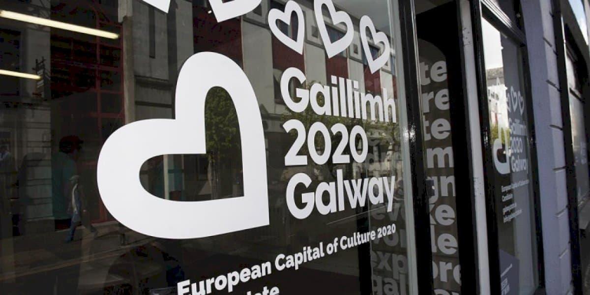 A post caillte ag Oifigeach Gaeilge Gaillimh 2020, ach plé á dhéanamh faoi sheacht dtionscadal Gaeilge